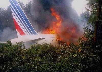 Restos en llamas del A320 accidentado