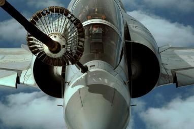 Un Mirage 2000 repostando en vuelo