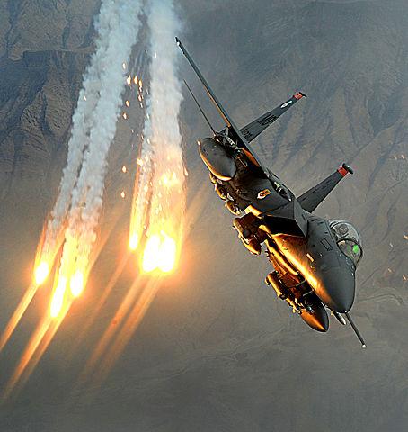 Un avion F-15E lanzando bengalas antimisiles
