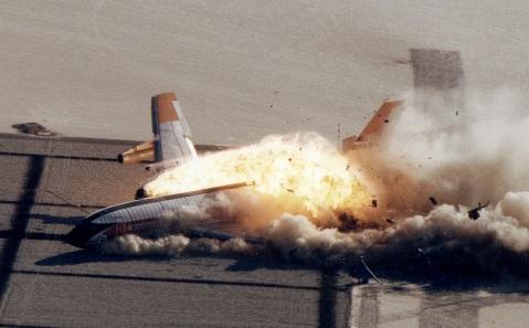 Momento en que el B-720 impacta contra el suelo.