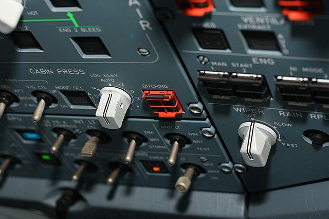 """Botón de """"ditching"""" del panel de un A330."""